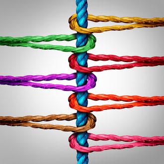 Bunte Schlaufen um ein Seil