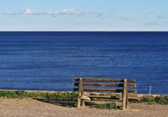 blaues Meer, Schiff, Bank