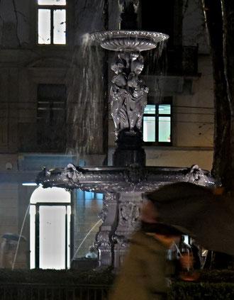 Nächtlicher Brunnen, Regenschirm