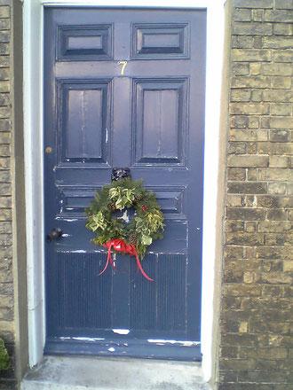 イギリスの玄関にはクリスマスリースが飾られることが多い