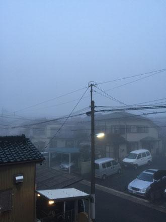 窓から見た景色が霧でもやもや。名古屋でこんな事が起こるの?