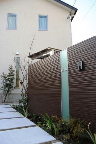東浦町 O様邸 モダン和風エクステリア エバーアートウッドとポリカで作った門壁