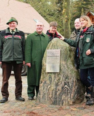 Die Mitarbeiter des Forstamtes Neu Pudagla vor dem Gedenkstein für Hölzer