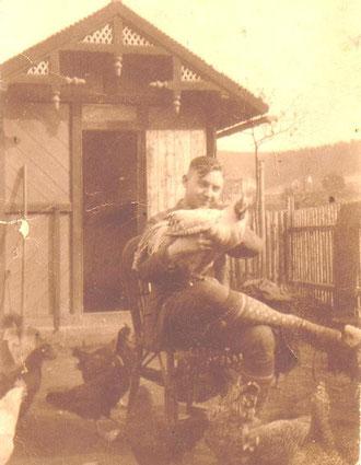 Aufnahme vom 17.Mai 1930 - Rudi Büchner mit seinen Rassegeflügeln - Das Häuschen stammt von 1880 und existiert heute noch - Archiv Hartmut Luck