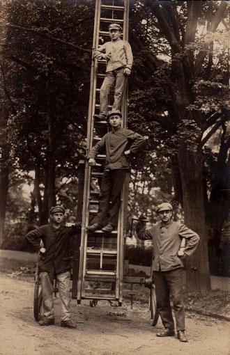 Sechzehn Meter Holzleiter der Feuerwehr Bali - in der Mitte Erich Eisenbrandt - Archiv Gerd Eisenbrandt