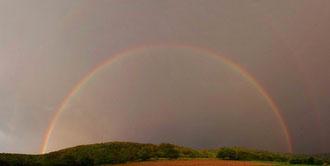 Zwei Regenbögen übereinander