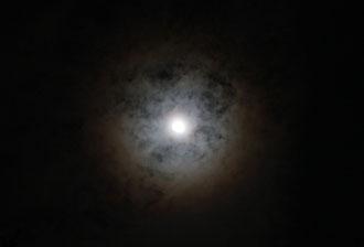Ringförmiger Halo um den Mond