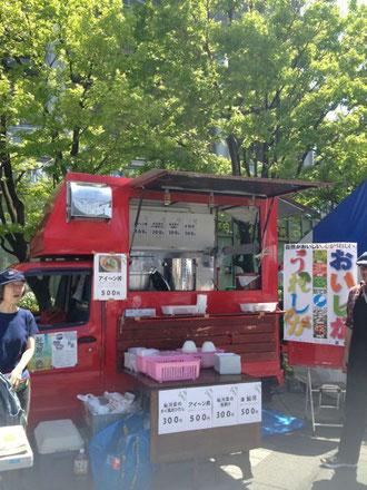 赤いキッチンカーで滋賀県の鮎河地方の食材をフィーチャー