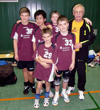 hinten (v.l.n.r): Louis Westermann, Tu Nguyen, Nicolas Grabner, Trainer Werner Hemberle - vorne: Marcel Krimmel u. Juraj Valovic