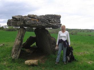 Catherine devant le dolmen de Tiergues