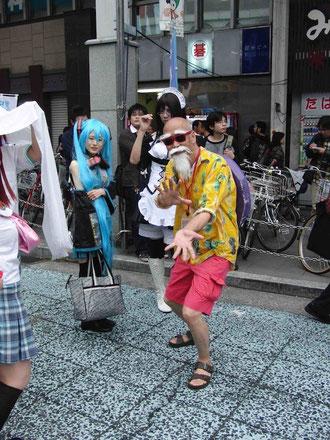 亀仙人「か・め・は・め・波 ~~~~っ! !」。 子供達に大人気で商店街を闊歩していました。