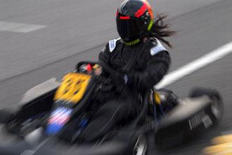 4輪用のレーシングスーツに着替え、カートのドライビングも画になる橋川