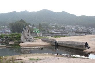 津波によって破壊された吉里吉里漁港の防潮堤