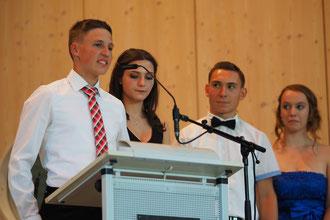 Julius Spindler (10a), Michelle Schäfer (10a), Patrick Bechtel (10b) und Damaris Maier (10b) sprechen ihre Danksagungen an Eltern und Lehrer