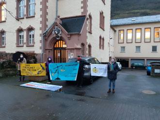 Margriet, Chris, Dietrich und Marion. Mahnwache vor dem Amtsgericht Cochem. 7.12.2020