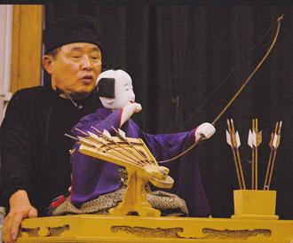 弓曳童子を実演する峰崎さん