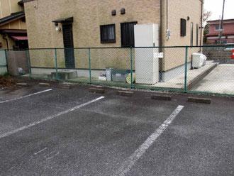 道路を挟んだところには、駐車場が完備されている。