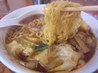 麺は細い縮れメン。スープとよく絡みます!