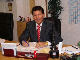 Herr D. Ulmen am Arbeitsplatz