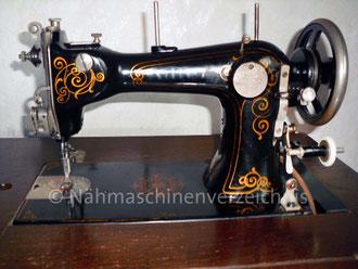 Adler Klasse 8, Geradstich-Nähmaschine mit rotierendem Greifer und runder Spulenkapsel, Fußantrieb-Eisengestell, Hersteller: Kochs Adler Nähmaschinenwerke  (Bilder: I. Naumann)