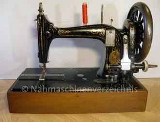 Biesolt & Locke, Geradstich, Schwingschiffchen-Nähmaschine Nr. 21, Fußantrieb, seitliche Bohrungen für Handantrieb vorhanden, Hersteller: Biesolt und Locke (1869–1914), Meißen (Bilder: I. Naumann)