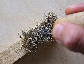 Reinigen der Brennschleife mithilfe einer Drahtbürste