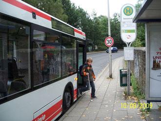 Schuljunge beim Bustraining