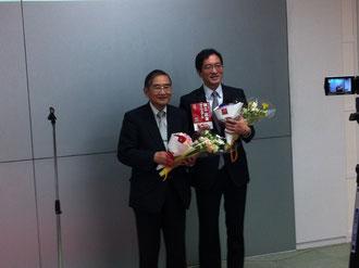 記念の花束を抱えた身の丈起業塾の前田隆正塾長・河瀬謙一副塾長大変お世話になりました。有難うございます。