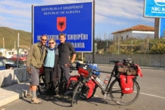 Fahraeder-Gruppe. Grezschild Albanien