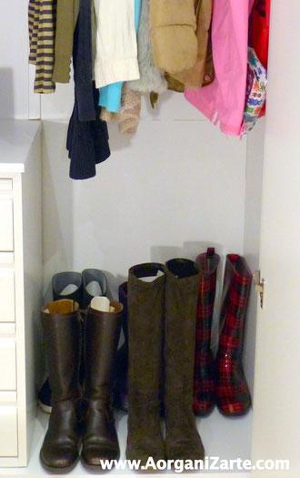 Coloca las botas en la parte baja del armario donde cuelgas las prendas largas - www.AorganiZarte.com