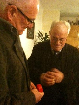 Mit einem Ehrenring würdigte Bezirksvorsitzender Max Loch die Verdienste seines Vorgängers Heinrich Müller