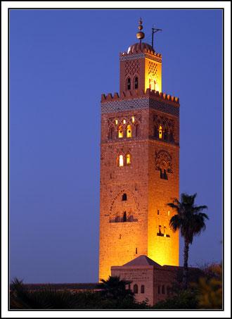 La Koutoubia. Son minaret , 77 m de haut, est visible à plus de 25 km. C'est le monument religieux le plus célèbre de Marrakech.