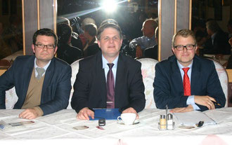 Marco Buschmann (l.) und Frank Schäffler (r.) debattieren kontrovers unter Moderation von Ralf Witzel (Bildmitte)
