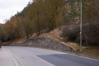 Stützmauer zwischen den hier gezeigten Brückenbauwerken