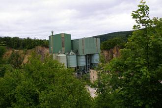 Der stillgelegte Dolomitsteinbruch auf der gegenüber liegenden Seite
