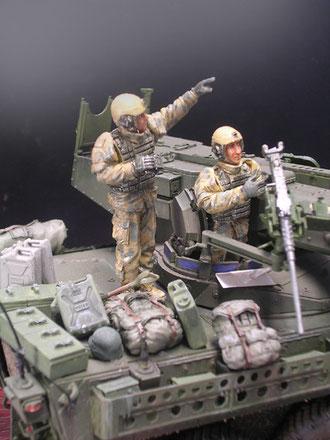 Mit Panzerfahrhelm mit integriertem Mikroset