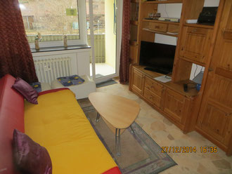Wohnzimmer (Tisch mit Stühlen im Hintergrund) mit Balkon (Rauchmöglichkeit),  LCD-TV, Schlafcouch (ausklappbar, auf Wunsch mit zus. Matratze) usw. In der Wohnung ist rauchen verboten.