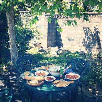 今日は気持ちのいい天気でしたね^^一仕事終えたみんなで、工房の隣りにある柿の木の下でランチしました〜。仕込んでおいたタンドリーチキンにナン風のパンを添えて、インド料理屋のような食卓に…。最近まかないに気合いが入っている青い虹でした…^^;;