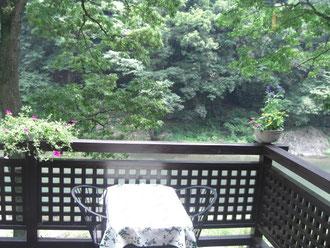 多摩川添い崖の上のテラスも素敵!