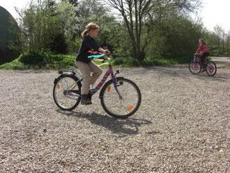 Hier sind die Vorbereitungen für das alljährliche Fahrradringradstechen getroffen und die Räder werden Probe gefahren.