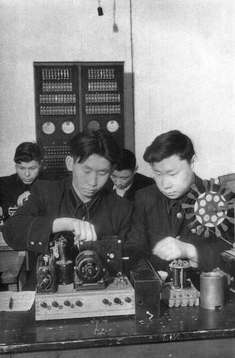 На занятиях в Якутском электротехникуме связи. Якутск, 1950 год.