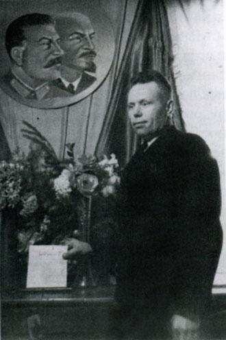 Марков А.И. на избирательном участке. Начало 50-х. Якутск