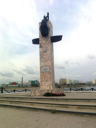 Памятник в честь 100-летия судоходства на реке Лена. Якутск. Фото. С. Дьяконова.