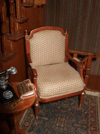 este precioso sillón de Bespaq (Mundominiaturas) para el rellano del 1er piso.la mesita la hizo alfonso en el 96.