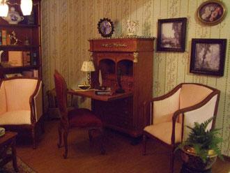 Sobre el bureau, están los angelitos tipo Capodimonte de Victoria Heredia y la foto de los abuelos maternos de Alfonso.