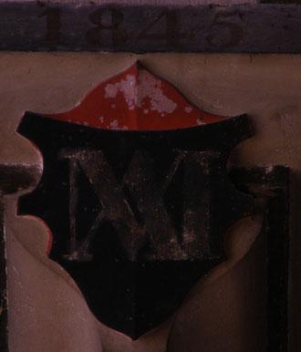 Monogramme de la vierge sur écusson noir
