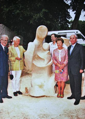 En 2000, Hella Le Bourgeois est invitée à l'inauguration de la sculpture réalisée par les Ateliers de la Cour Roland.