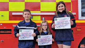 Trois petits sapeurs-pompiers diplômés.