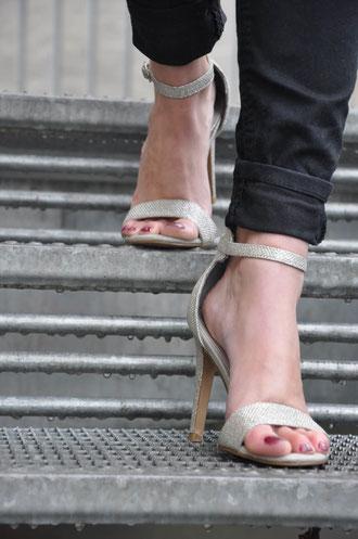Silber Highheels Namenskette Outfit Klassiker Schmuck Gewinnspiel gestreifte Bluse Tulpen Modeblog Fairy Tale Gone Realistic Fashionblog Passau