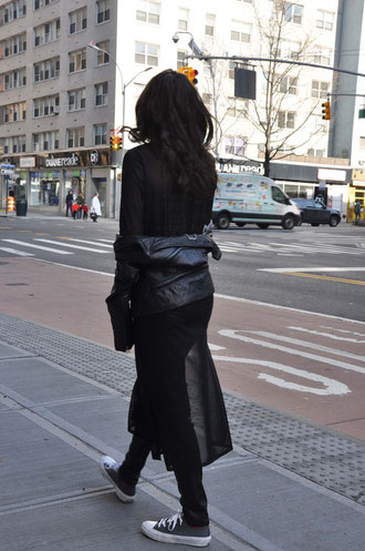 NYC Streetstyle Outfit Korsage Lederhose Converse Transparenz Second Hand Blog Deutschland Modeblog Fairy Tale Gone Realistic